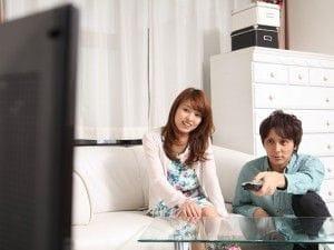 テレビを見る二人