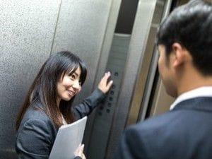 エレベーターに乗る男女