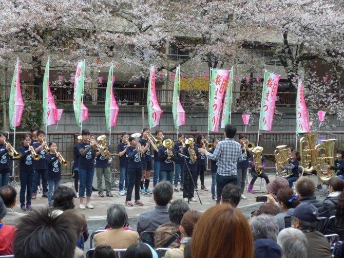 毎年恒例の桜祭りもお花見気分を盛り上げる