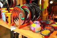 カラフルな陶器や、植物で編んだカゴなど、南アフリカならではのお土産が充実♪ 毎日21時まで営業
