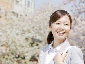 桜の下を歩く女性