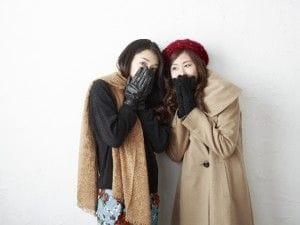 寒そうにしている女性