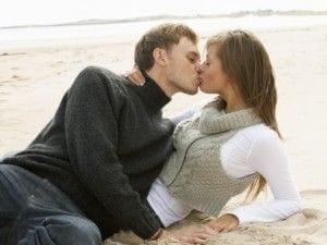 浜辺でキスする2人