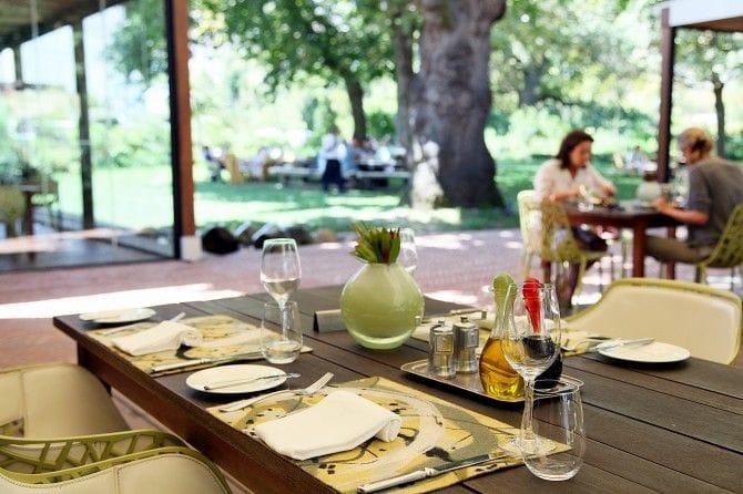 フランシュフックは美食の宝庫。写真はワイナリー「La Motte」に併設されたレストラン。オープンテラスが心地いい♪