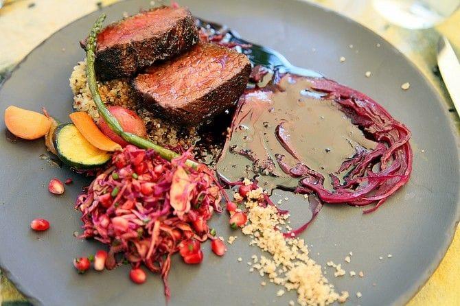 クセがなく柔らかいラム肉にザクロの酸味がさわやか。メニューには各料理に合うワインが記載されています