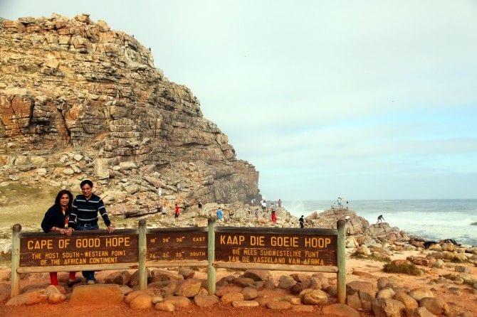 記念撮影はこの標識前で。英語とアフリカーンス語で「喜望峰 アフリカ大陸の最南西端」と記されています