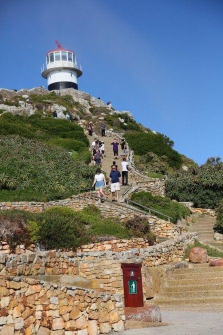 ケープポイントへはケーブルカーを利用。さらに階段を上ると、海抜248m地点に旧灯台が建つ展望台へ