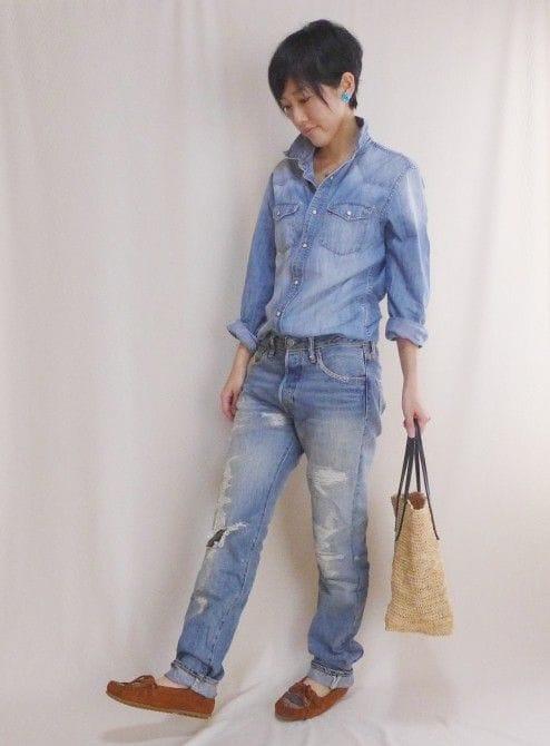 デニム:Levi's、靴:ミネトンカ、バッグ:Sans Arcidet、アクセサリー:SENBA