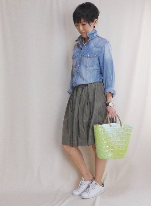 スカート:LEPSIM、バッグ:FatimaMorocco、スニーカー:adidas、アクセサリー:SENBA