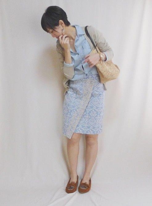 カーディガン:ユニクロ、スカートd'un a dix、靴:ミネトンカ、バッグ:Sans Arcidet、アクセサリー:SENBA