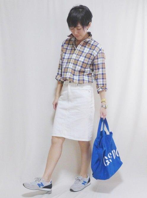 スカート:StudioClip、バッグ:CLASKA、スニーカー:NewBalance、アクセサリー:SENBA