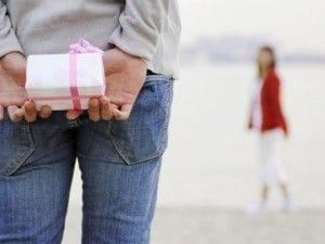 プレゼントをあげようとする男性