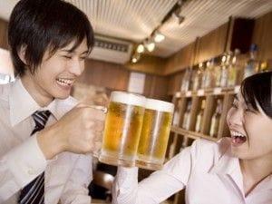 お酒を飲む2人