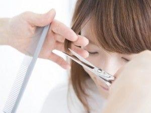 髪の毛を切る女性