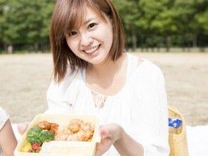 お弁当を持っている女性