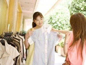 洋服を選ぶ二人