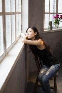 窓際にいる女性