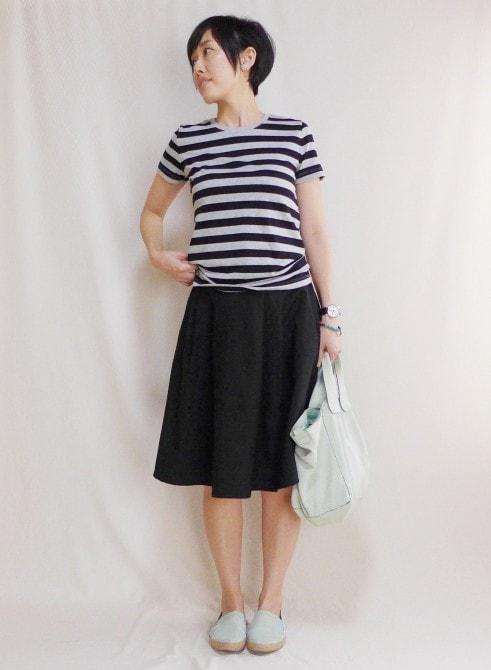 黒×グレーのTシャツに黒いフレアスカートというベーシックコーデ