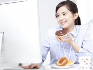働く女性が常備するデスク中のお菓子とは?