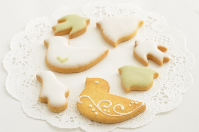 そんな純粋な気持ちを持つ女性に贈りたい、愛らしいお菓子が、菓子工房ルスルスの「鳥のかたちクッキー缶」(19枚入・1728円)。銀色の小さな缶のふたを開けると、中に  ...