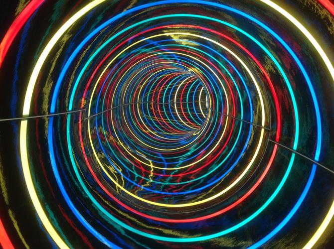光の輪の中を滑る、新スライダー「タイガースプラッシュ」(東武スーパープール)