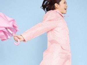 レインコートを着る女性