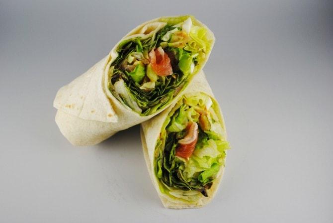 気軽に野菜を食べられるラップサラダは、見た目もおしゃれ