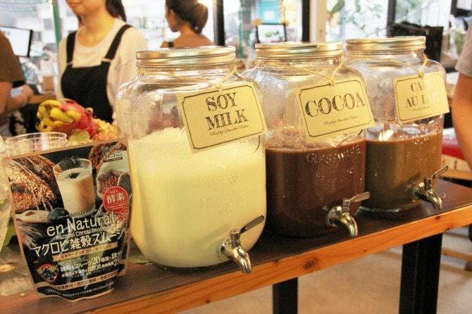 マクロビ雑穀スムージー用に用意された豆乳、ココア、カフェラテ