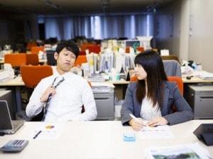 同僚と残業