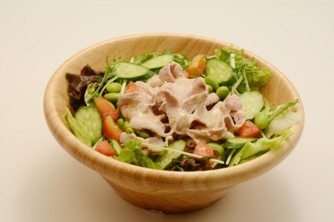 限定メニュー「夏の冷しゃぶサラダ」は7月1日より販売。お肉と野菜、バランスよく食べれば夏バテも気になりません!