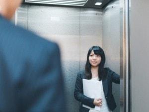 エレベーターで乗り合わせた男性