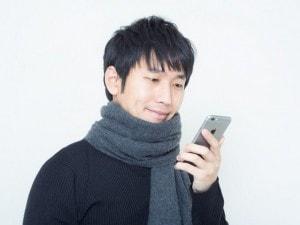 携帯を見る男性