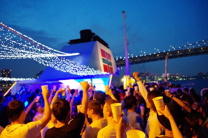 レインボーブリッジや大井コンテナ埠頭などの夜景を楽しめる(東京湾納涼船)