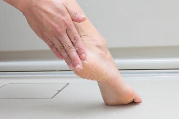 ひざやかかと、ひじなど気になる部分に直接マッサージをすれば、つるつるに!