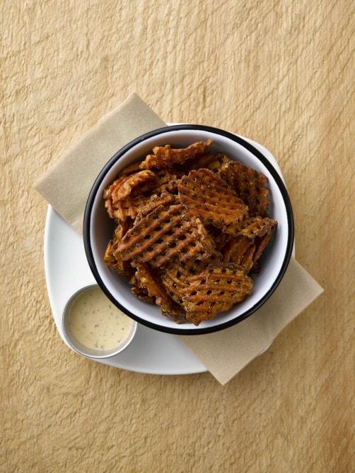 網目部分の食感が、サクサクでおもしろい! スイートポテトフライ(バターミルククランチ付)(960円)
