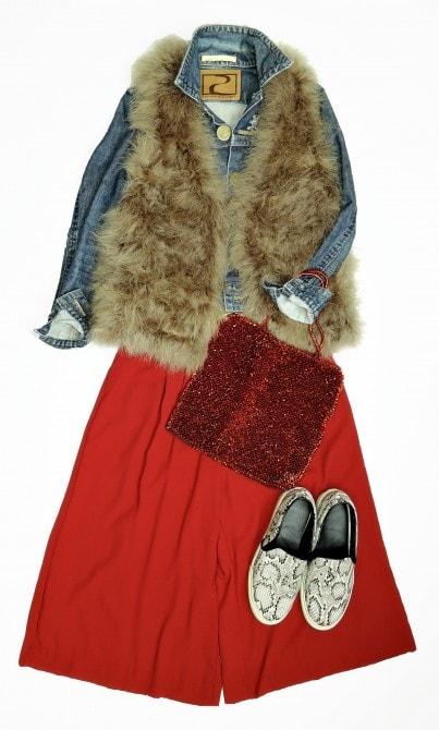 目を引く鮮やかな赤のスカーチョは、デニムとファーで大人カジュアルにまとめて