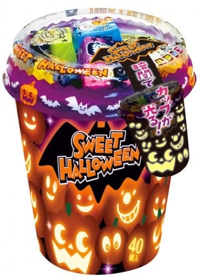 暗闇でキャラクターの顔が怪しく光る「ハロウィンカップ」(税抜き参考価格500円)(チロルチョコ)