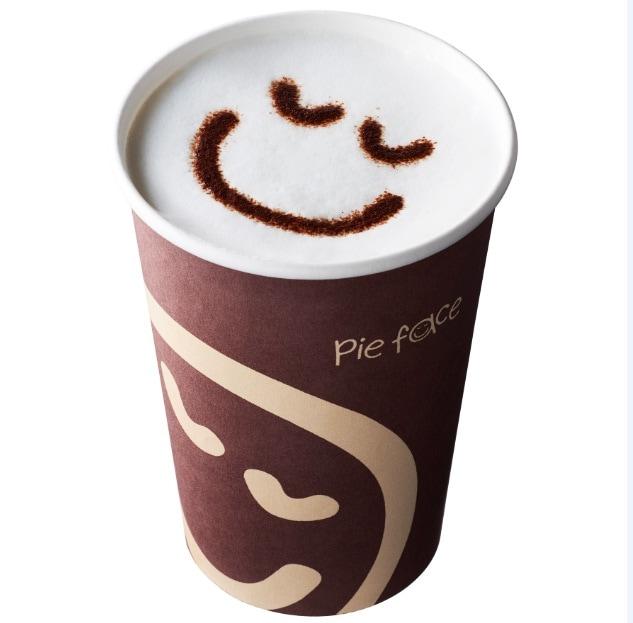 ミルクの上にココアパウダーでフェイスマークを描いた「パイフェイスラテ」 380円(税抜)