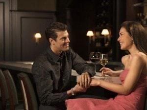 男性が好きな女性と飲むときの態度