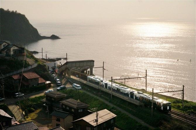 「越乃Shu*Kura」(JR東日本新潟支社)の見どころは、日本海沿岸の夕日や田園風景、雄大な信濃川。日本一海から近いことで知られる、青海川駅では、ホームに降りて心地良い潮風を味わえる(往路で約8分、復路で約19分停車)。