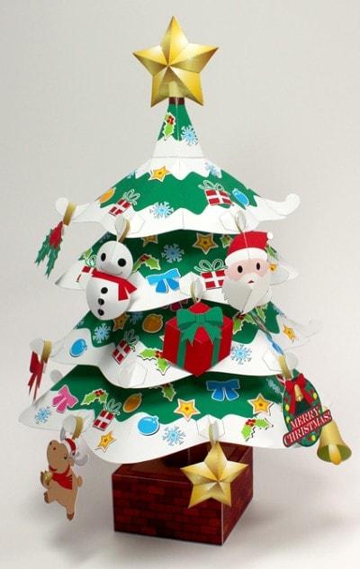 「プレミアムクリスマスツリー」(エプソン販売)完成写真。型紙は、Webプリワールドクリスマス特集(http://webprint.epson.jp/mypage/category/season/xmas/xmas.jsp)から無料でダウンロードできる(※ダウンロードには「MyEPSON」会員登録が必要です)
