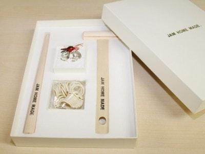 箱をあけるとハンマー、芯棒、サイズゲージと8サイズのリングが