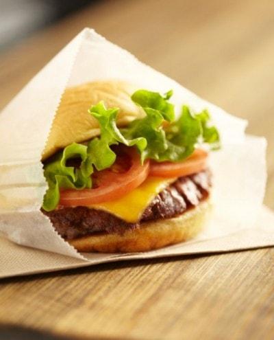 名物のポテトバンズにミディアムで焼き上げたジューシーな牛肉をはさんだ、定番の「シャックバーガー(680円)」