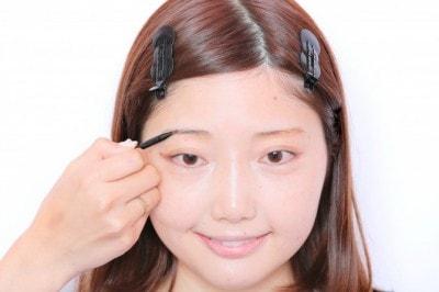 眉は肌なじみのいい、色味の薄いパウダーを使う