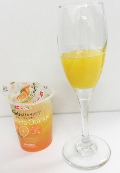 お好きなフルーツセラピーを振ってから、グラスにいれる