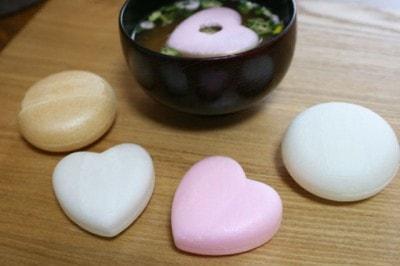 ハート型みそ汁「笑顔になれるお味噌汁」(302円~・税込)