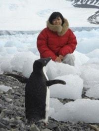 南極ロケでの1枚。手前のペンギンはホンモノです