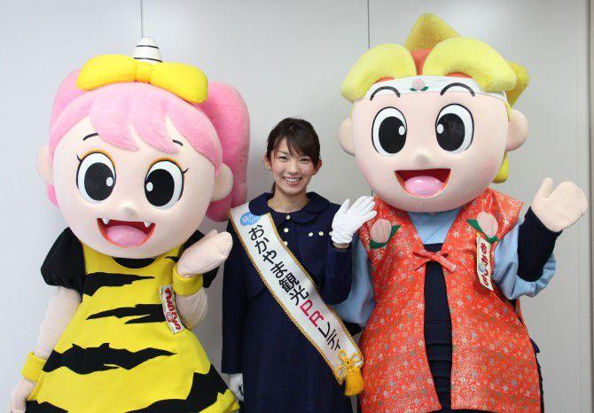 岡山県キャラクターの「ももっち」「うらっち」とPRレディの松野さん