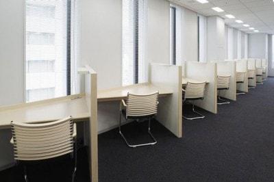 電源やネットワーク・コンセント設備のあるキャレル席(個人用ブース席)