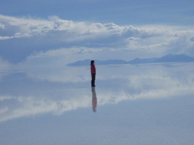 ボリビア・ウユニ塩湖に立つ、宮地さん
